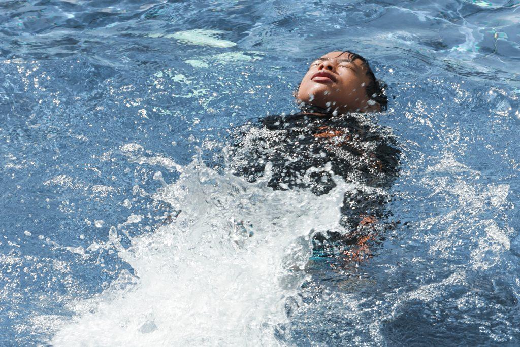 穿著浮力夾克可以讓孩童安心的學習