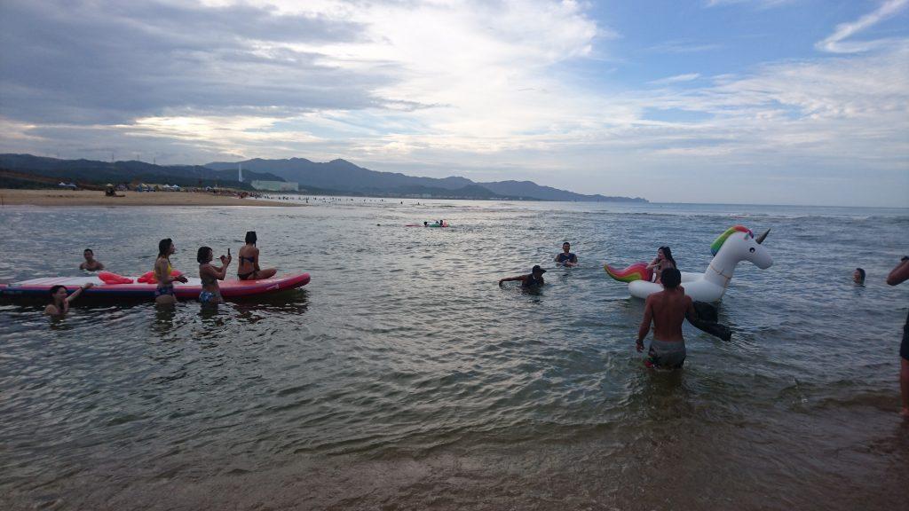 近幾年大型充氣玩具成為年輕女性來海邊戲水