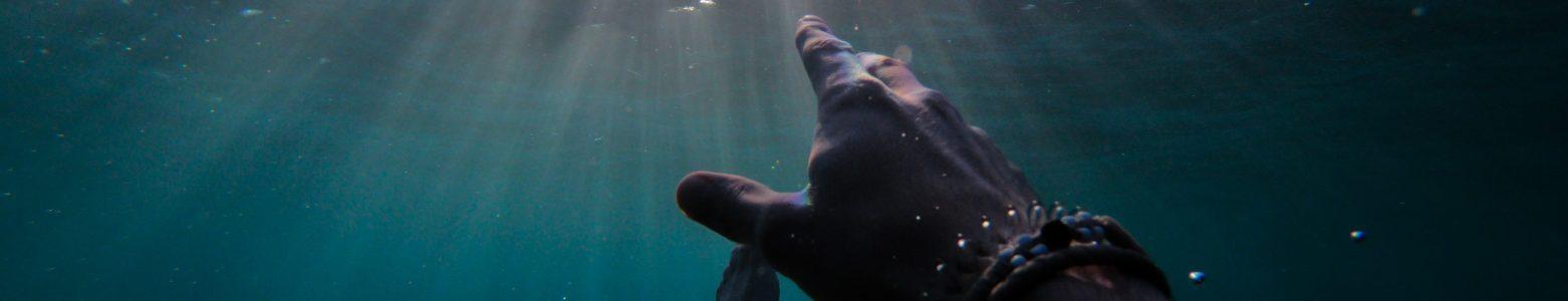 溺者比想像中安靜》無法大聲呼救時,如何判斷有人溺水?