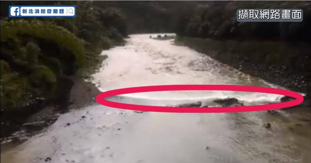 在某些溪水流域暴漲前,會出現一波「等速度推進且後方混濁」的水流
