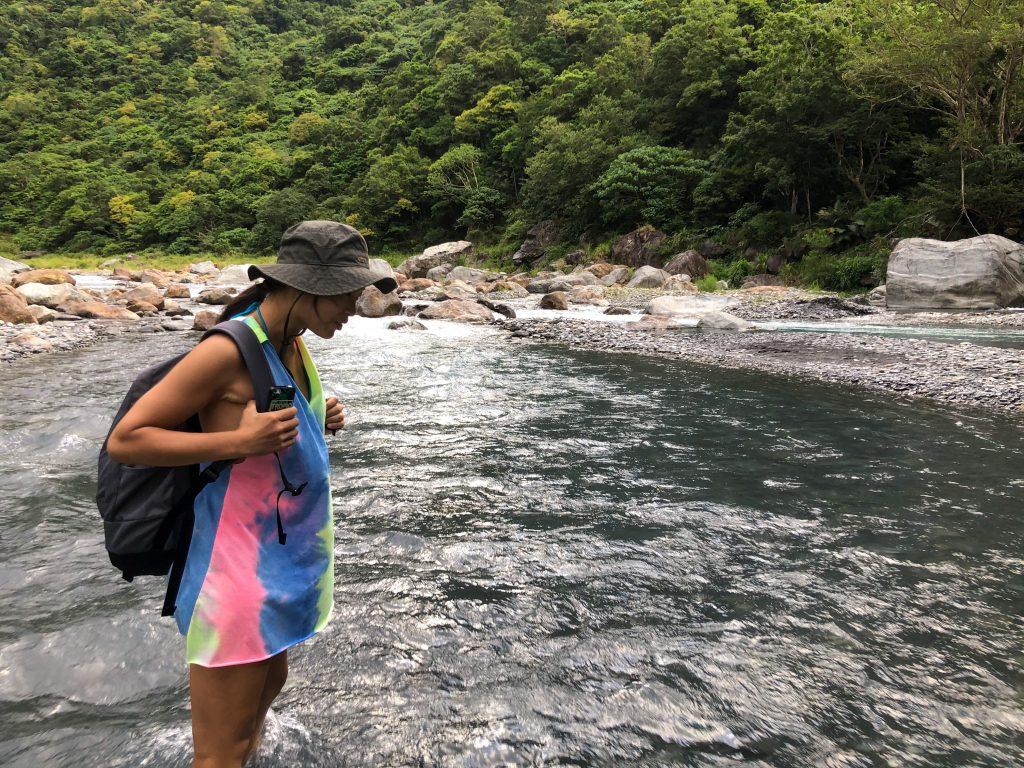 除了大雨後不要去溪邊玩耍以外,也要懂得觀察幾個溪水暴漲前的徵兆