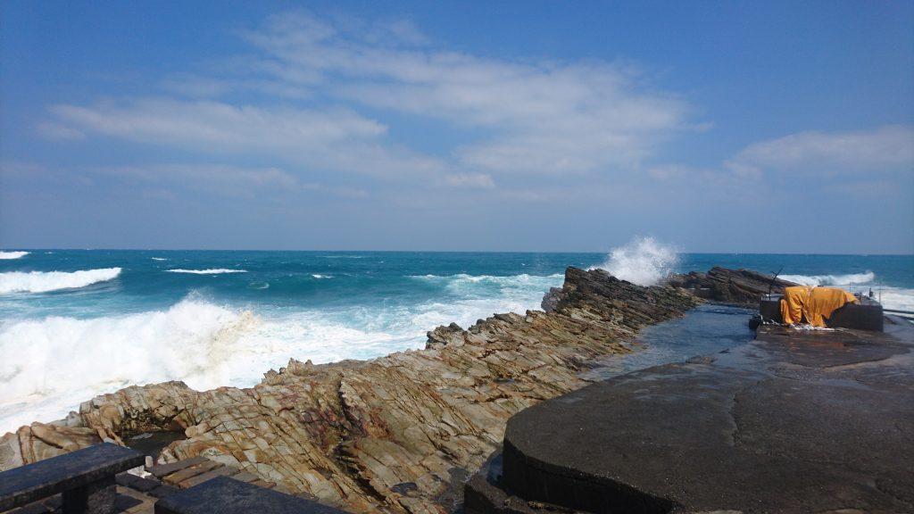當浪接近海岸時,因地形、海流、天氣等因素,造成浪高突然增大