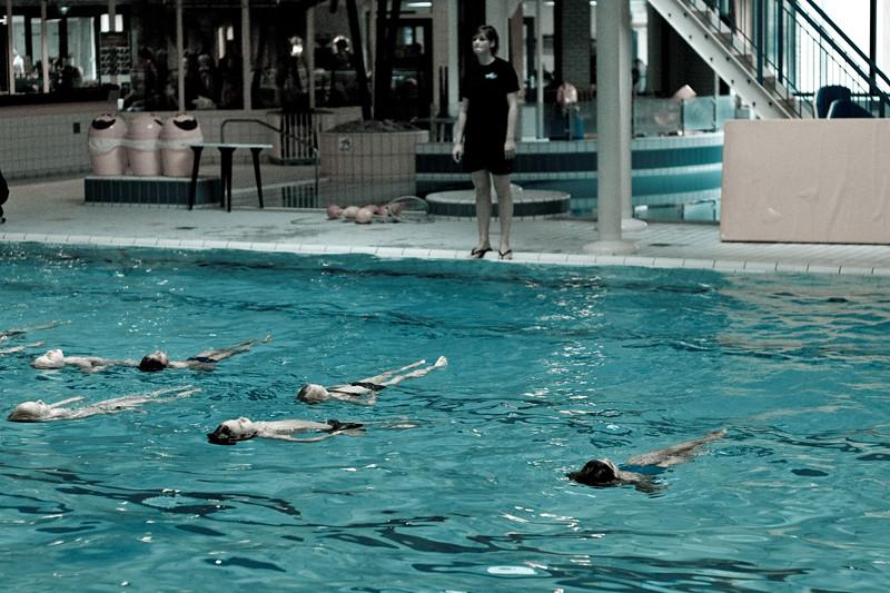 人體胸腔位於身體正面而非背面,所以躺在水面上其實會比趴在水面更省力。