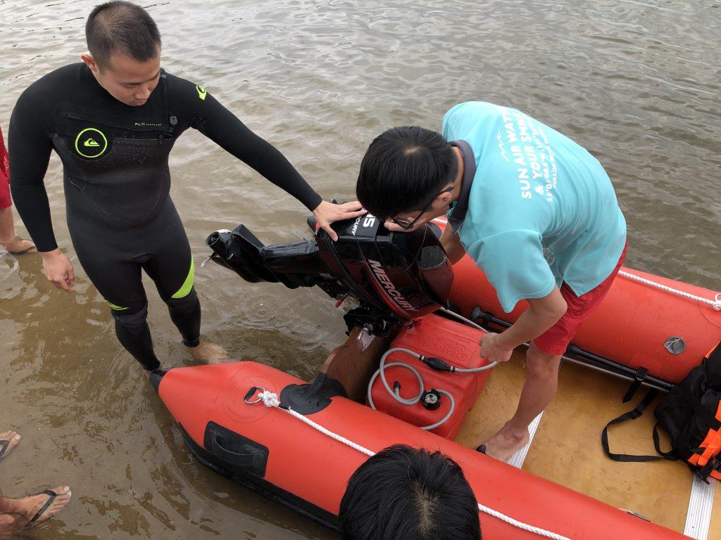 救生員最常使用的救援器材為「魚雷浮標」或「救援板」,海巡則會穿著救生衣開IRB(橡皮艇)前往救援