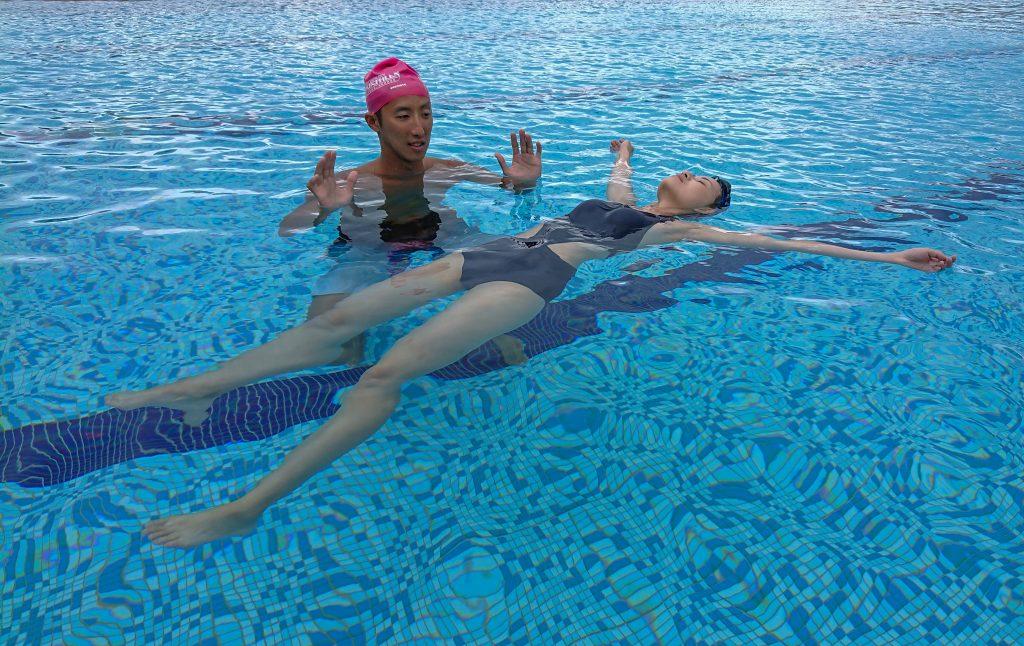 水中自救第一項要學習的技能就是仰漂
