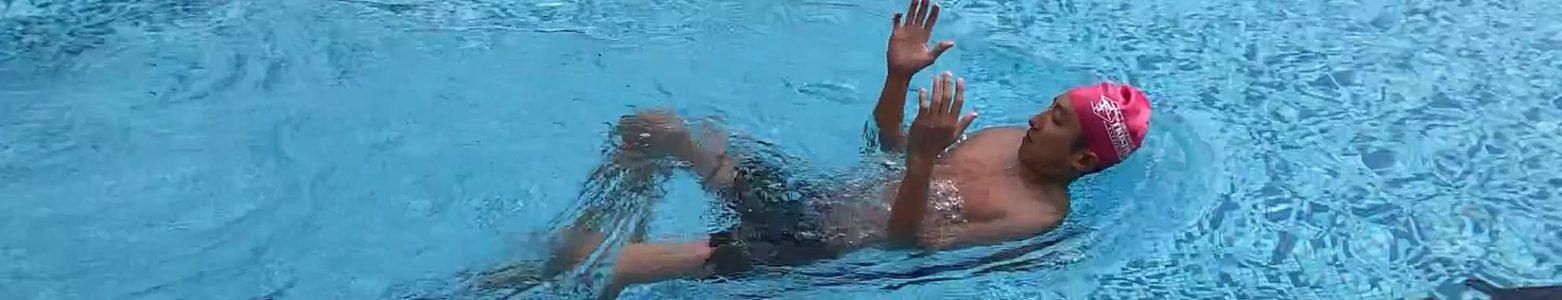 最舒服躺著游泳的方法 – 救生仰泳