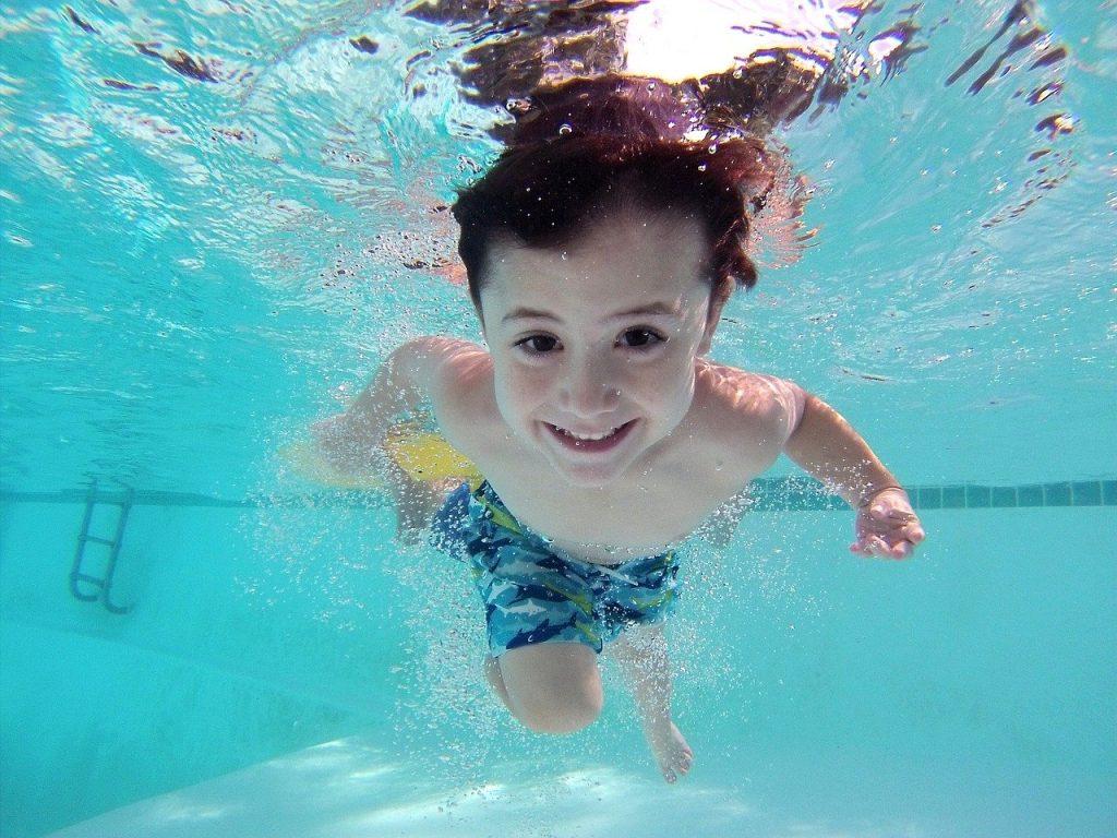 初學游泳的目的是讓孩子喜歡水、愛上水