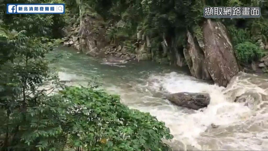 溪水暴漲通常在前端一定是有超出原本河道的水量驟降下來,以致於會讓水流的速度推進加速