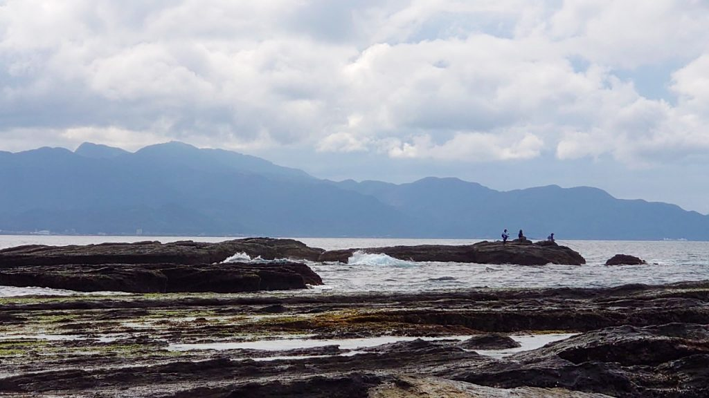 由於颱風外圍環流過後是許多魚類靠近岸邊的時機點,這時魚況較佳,也成為許多釣客前往危險區域釣魚的理由