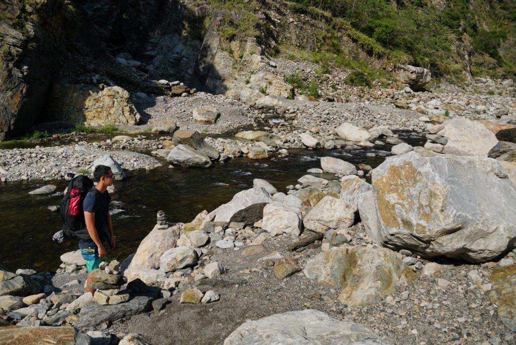 熱門路線通常都會有前人在適合的渡溪點或路徑上用「疊石」做記號