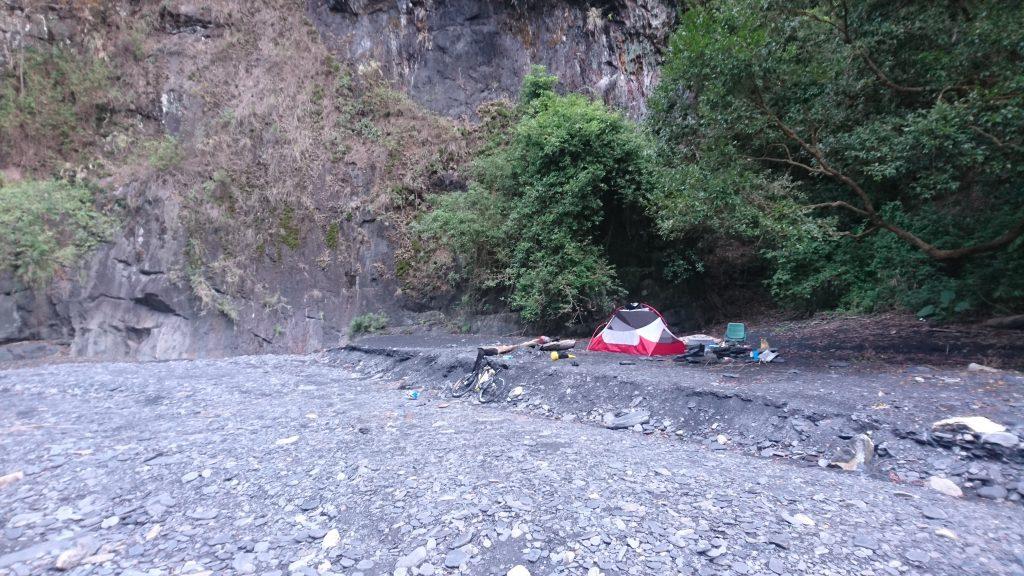 觀察「帳篷位置與溪流的高度差,而不是距離溪流的遠近。」