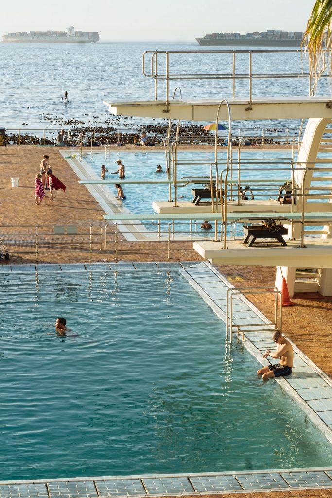 對比於開放水域戲水,在學校、運動中心或公園等室內游泳池戲水其實已經安全許多了