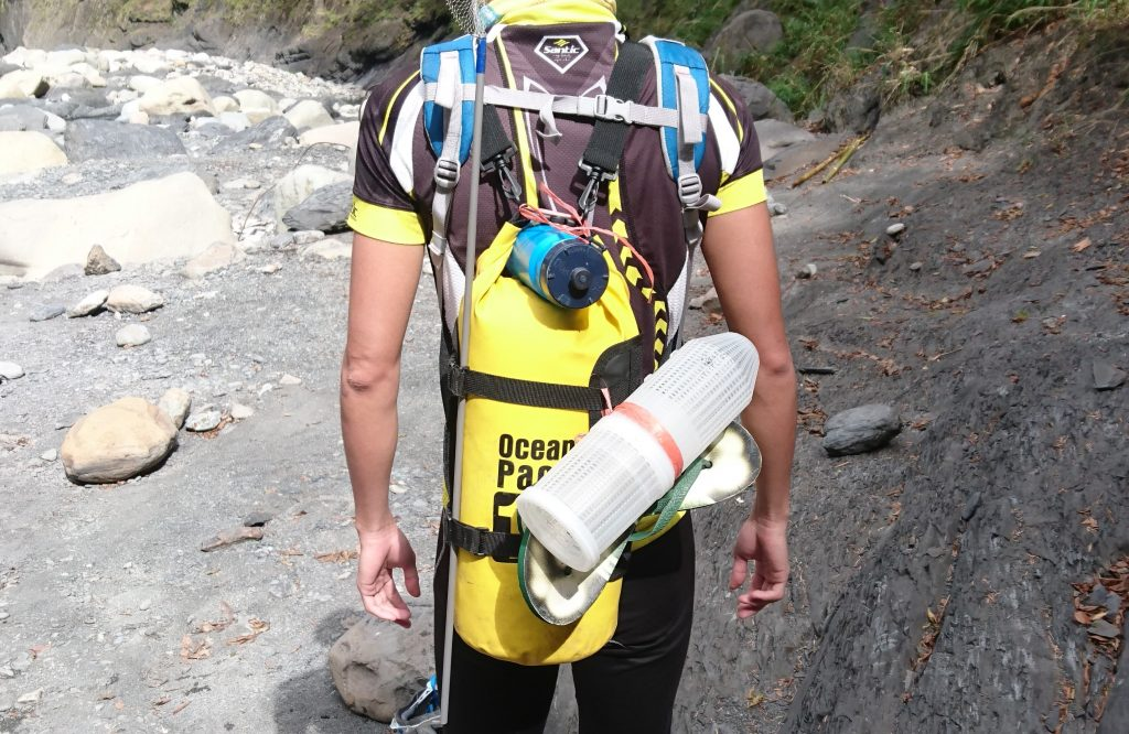 一般10公升大小的防水袋,儲氣量勉強可以讓一個成人在水面漂浮