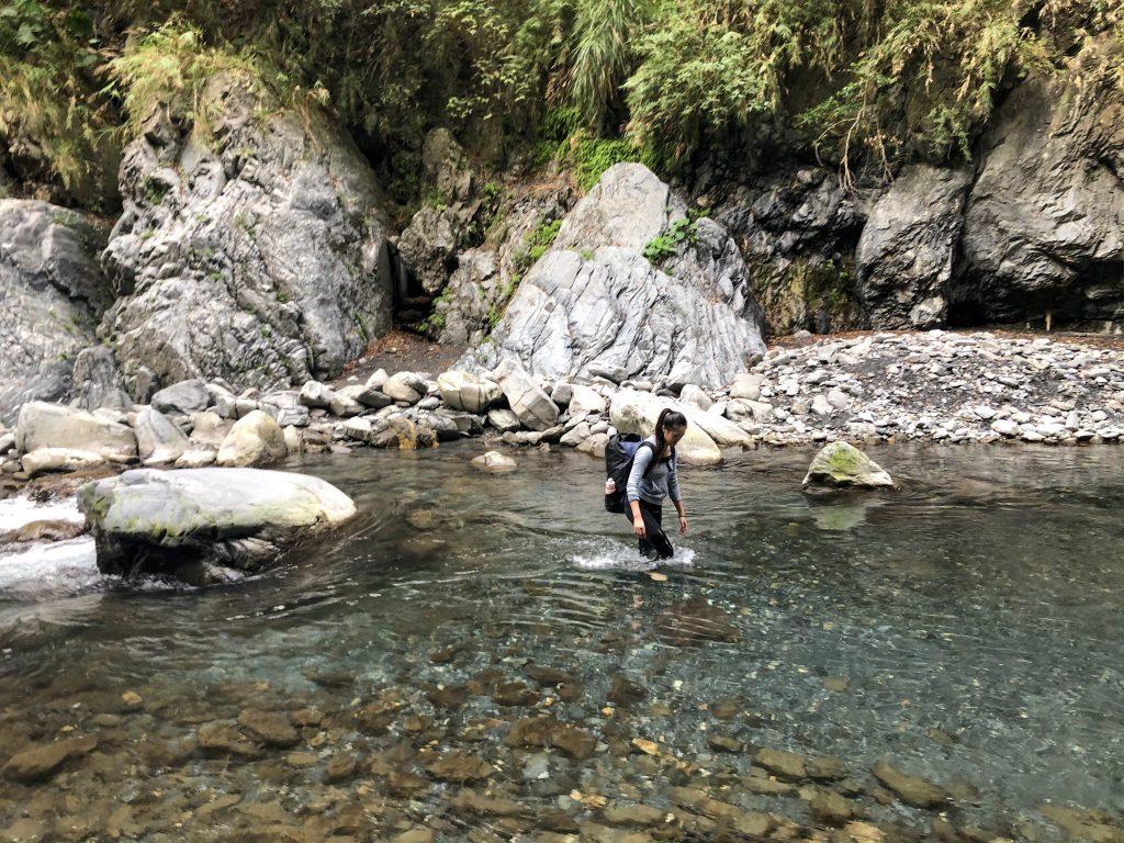 去野溪溫泉時請勿著「會吸水」的服裝前行,泡湯也請著泳衣泳褲或海灘褲下水