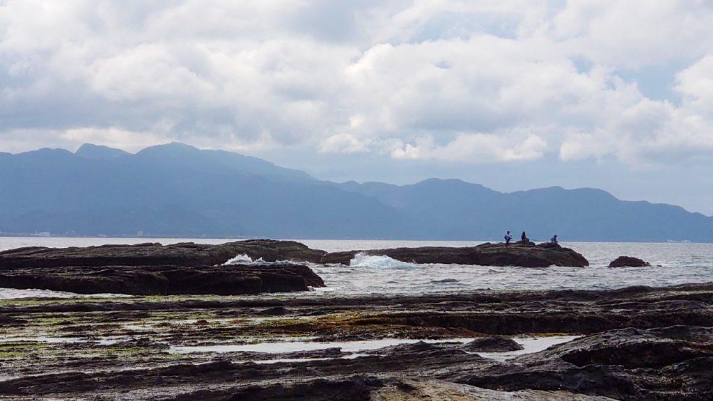 有一種溺水狀況常發生於釣魚及觀浪民眾,因為瘋狗浪或腳滑造成意外落水。因為這兩種狀況都是靠近岸邊,且常是遍佈礁石或水泥消波塊的岩岸,此種情形就不適合做仰漂待援