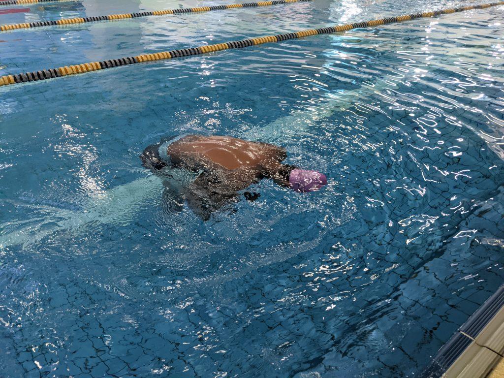 有別於「仰漂」,水母漂易學好操作,即便是完全不會游泳的人,只要敢把頭放在水裡,就學的會水母漂